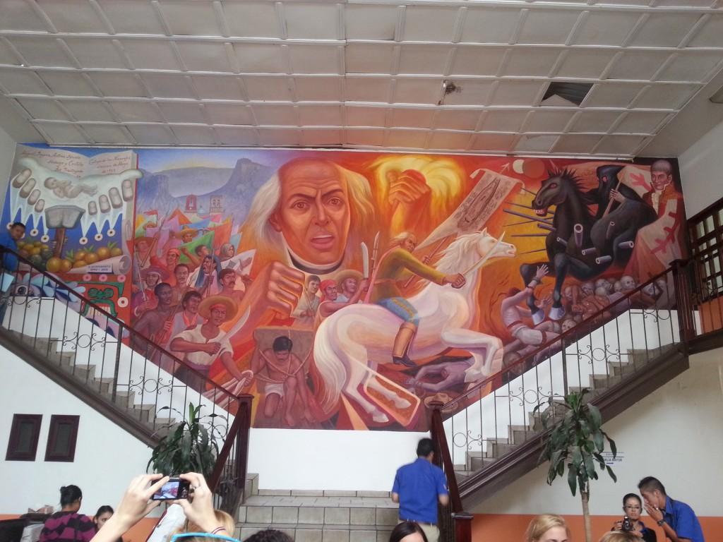 Ciemos pie pilsētas mēra.Uz sienas attēlots Hidalgo un cīņa par Abasolo