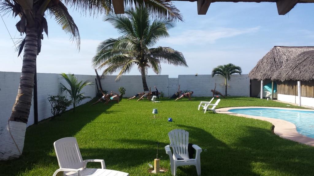 Otrā rīta joga zem palmas